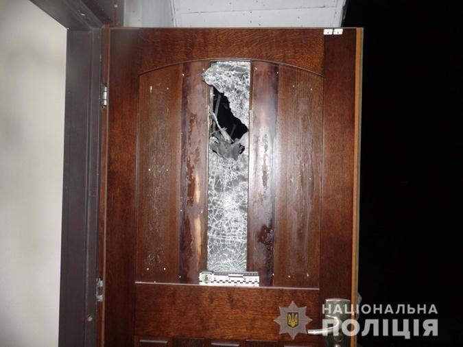 Взрывом повредило дверь. Фото: rv.npu.gov.ua