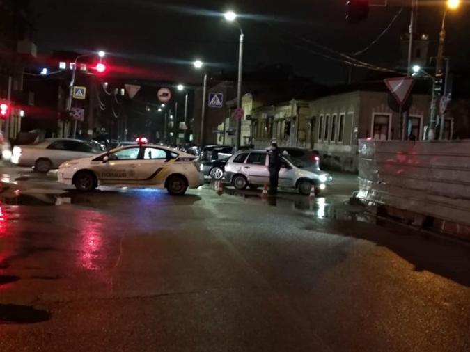 Полиция перекрыла улицу, на которой стоит отель, где засел неизвестный автоматчик.