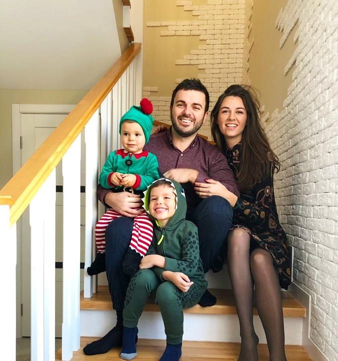 Григорий Решетник с женой Кристиной и сыновьями – Ваней и Димой.