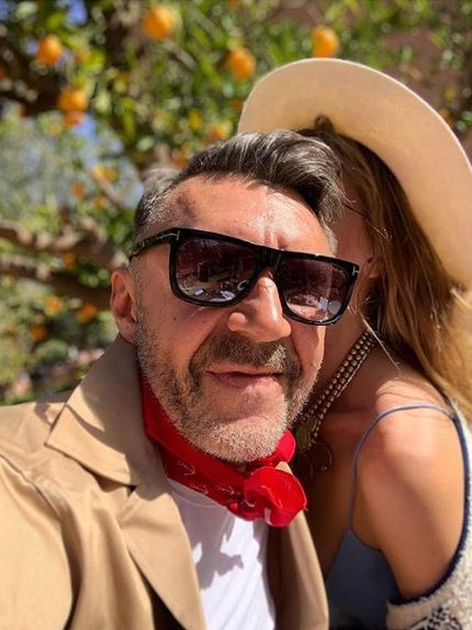 Шнуров объяснил, почему прячет жену от посторонних фото 1