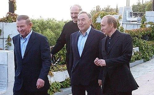 Президенты России (Владимир Путин), Белоруссии (Александр Лукашенко), Казахстана (Нурсултан Назарбаев) и Украины (Леонид Кучма) в мае 2004 года собрались в Ялте на неформальный саммит.