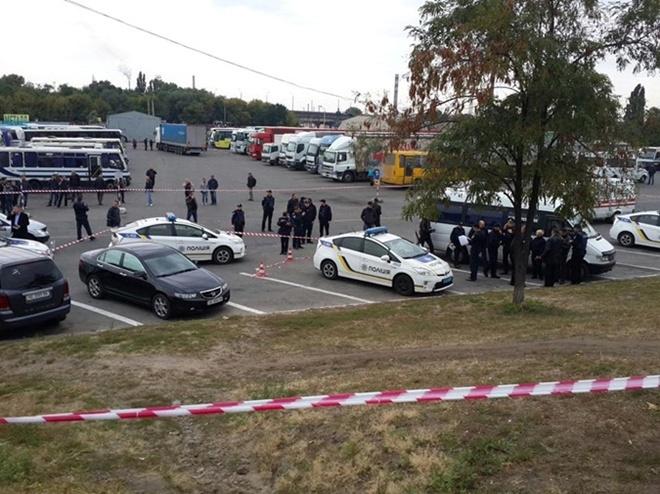 Трагедия случилась возле днепровского автовокзала, когда экипаж патрульных остановил автомобиль, проехавший на красный сигнал светофора.
