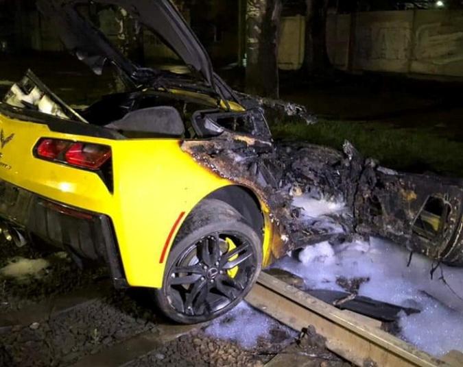 Автомобиль полностью сгорел, но водителю повезло - он успел выбраться.