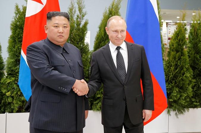 Ким Чен Ын и Путин пожали друг другу руки. Фото:  REUTERS