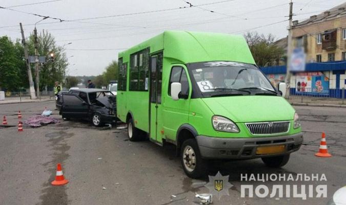 СМИ: в Краматорске машина с военными врезалась в маршрутку, один - погиб фото 1