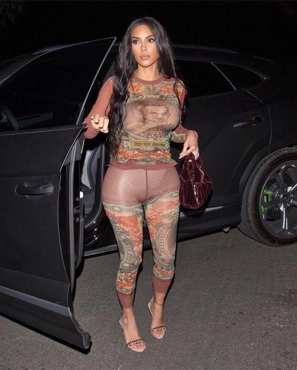 Ким Кардашьян надела прозрачный костюм.