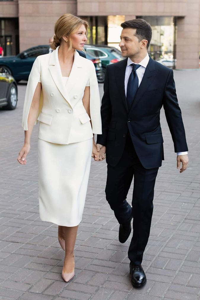 Белый костюм первая леди считает с бежевыми туфлями. Фото:  пресс-служба Владимира Зеленського