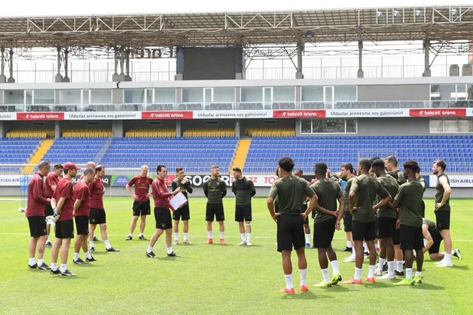 Унаи Эмери раскрывает своим подопечным секрет успеха в финалах Лиги Европы. Фото: твиттер ФК