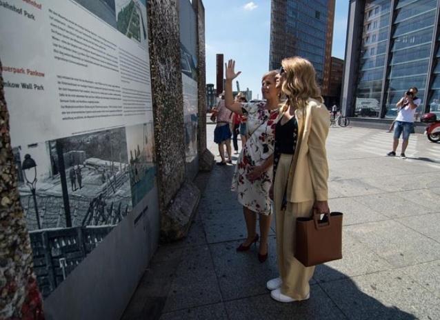 Елена Зеленская и в Берлине осталась верна своему стилю: брючный костюм, белые кроссовки, достаточно большая сумка и темные очки.