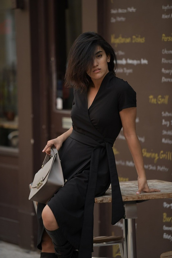 Мода по-одесски: шесть бутылок превращаются в элегантное платье фото 1