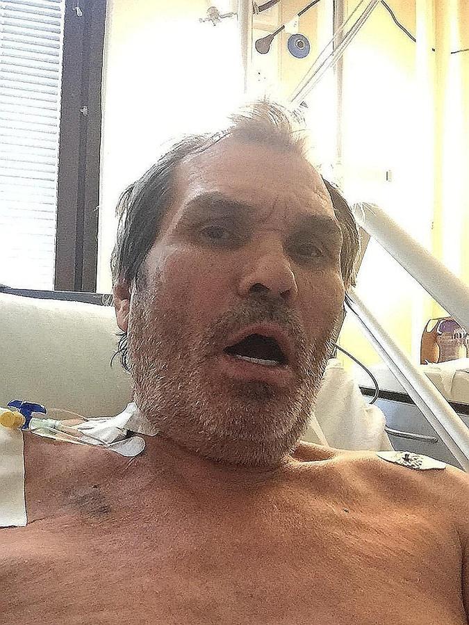 Бари Алибасов показал в соцсети селфи из больницы.