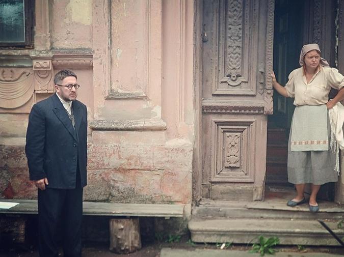 По сюжету, у Фани и Давида забирают их дом, чтобы отдать немецкому инженеру.