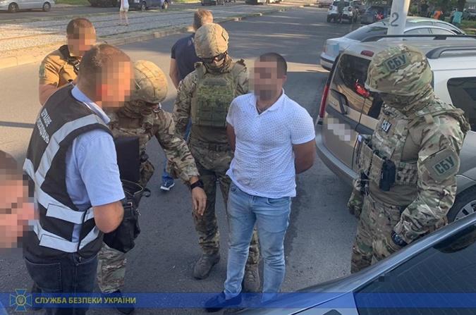 Правоохранители задержали посредника с деньгами. Фото: СБУ