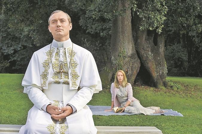 Джуд Лоу (на фото вкружке) теперь на вторых ролях. А в центре истории новый Папа (Джон Малкович), рассекающий поВатикану на джипе.