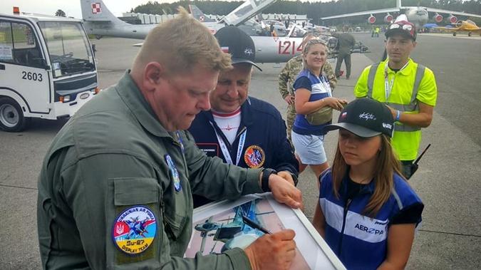 Зрители просят автограф у Юрия. Фото: Воздушное командование