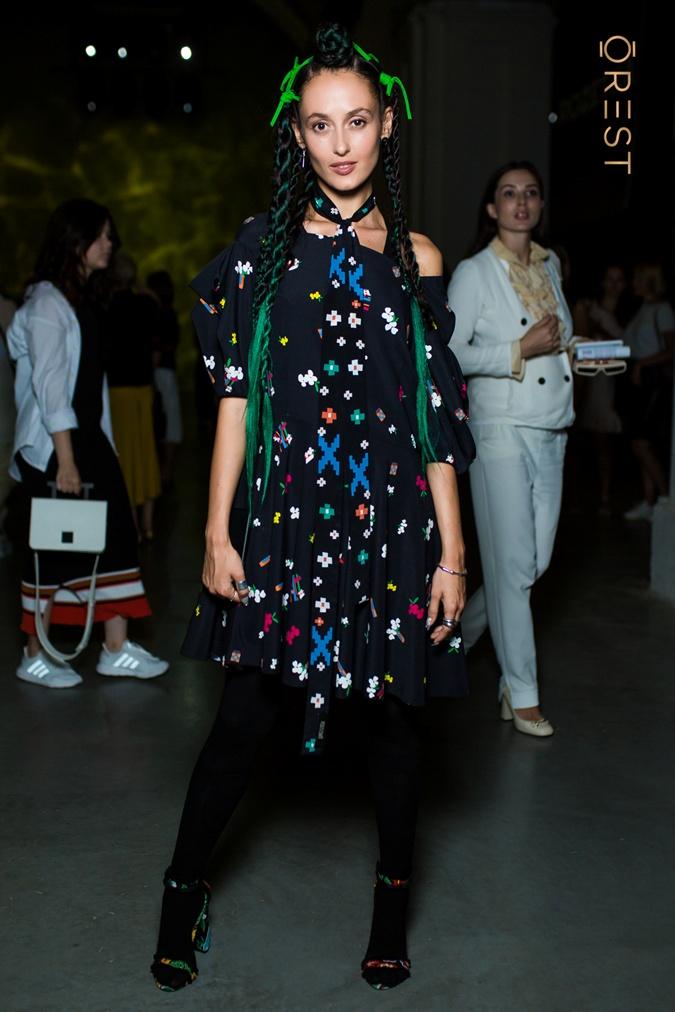 А для посещения показа от Лилии Пустовит Алина Паш выбрала образ в черном цвете и яркими деталями. Фото: orest.com.ua