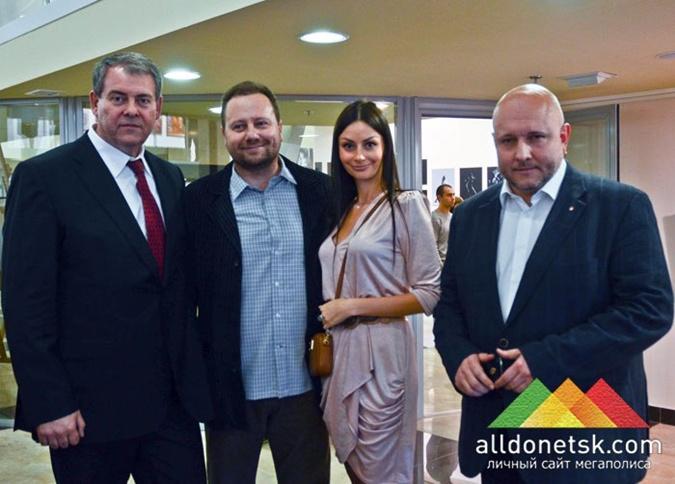 Фото: Олег Зданович с женой Вероникой Радзивилюк на открытии эротической выставки в АртДонбассе/Alldonetsk.com