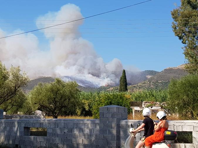 В Греции горит еще один популярный среди туристов островной курорт [фото]