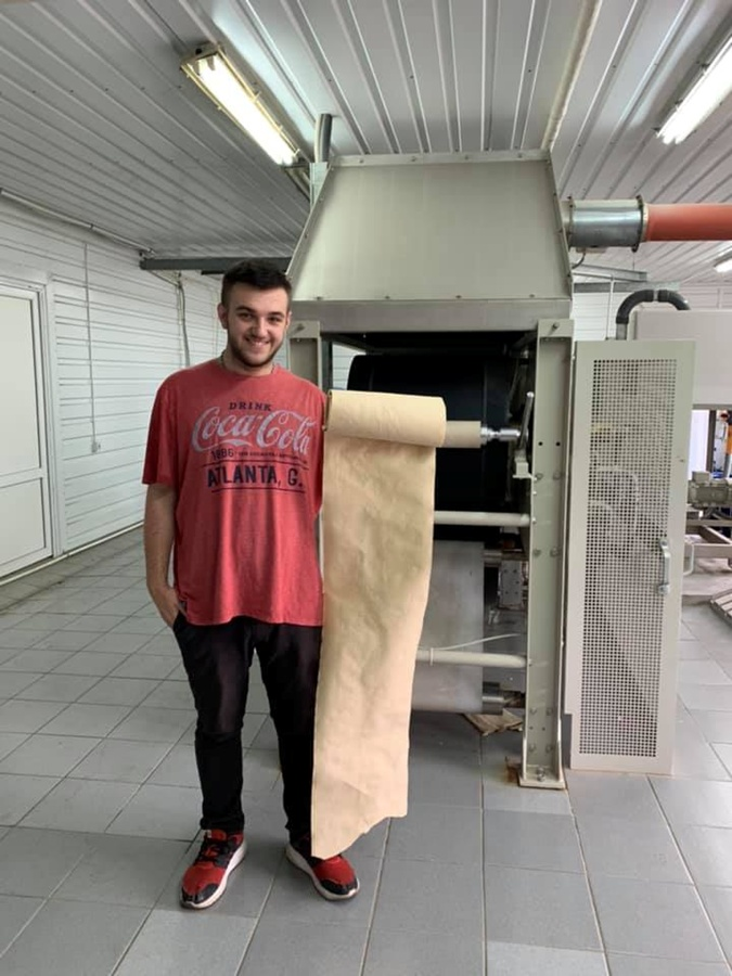 Украинский школьник придумал, как из опавших листьев делать настоящую бумагу (ВИДЕО)