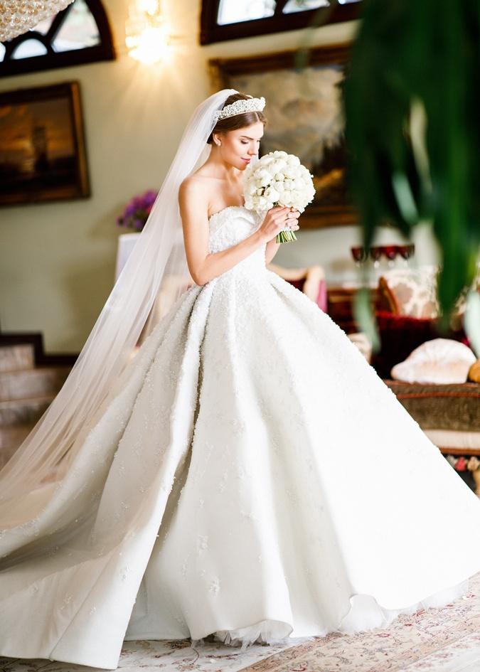 Певица в свадебном платье от Saiid Kobeisy, которое весит 23 килограмма. Фото: пресс-служба