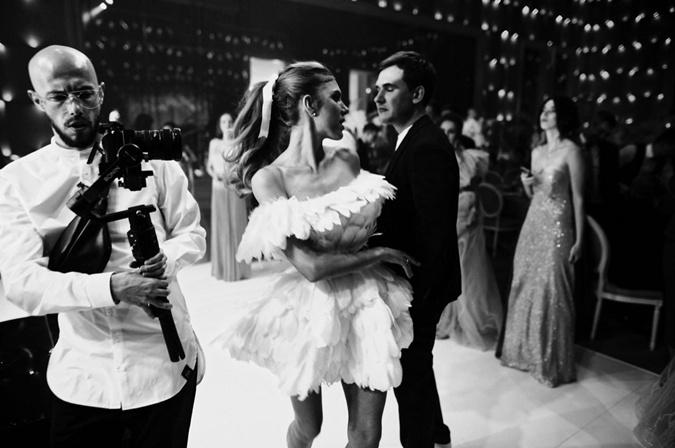 Ассоль в платье с перья с мужем танцевала под песни Димы Монатика. Фото: пресс-служба