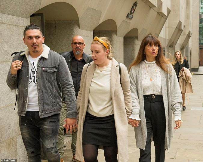 Мама, брат Флоран Скиано и его невеста Бет Пенман после вынесения приговора. Фото: Rob Todd/Daily Mail