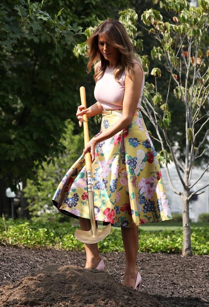 В 2018 году Мелания садила дерево, орудуя