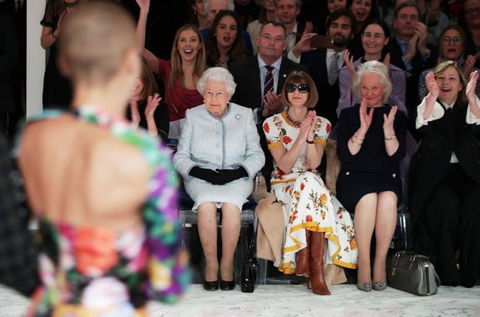 Стилист Елизаветы II рассказала о забавных привычках королевы в своих мемуарах фото 2