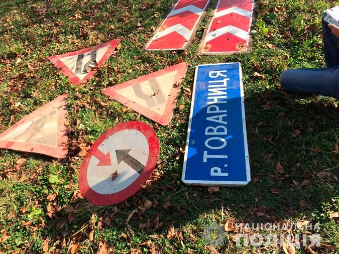 Мужчина воровал дорожные знаки в селах соседней области. Фото: cv.npu.gov.ua