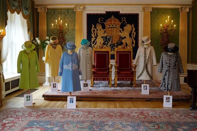 Стилист Елизаветы II рассказала о забавных привычках королевы в своих мемуарах фото 1
