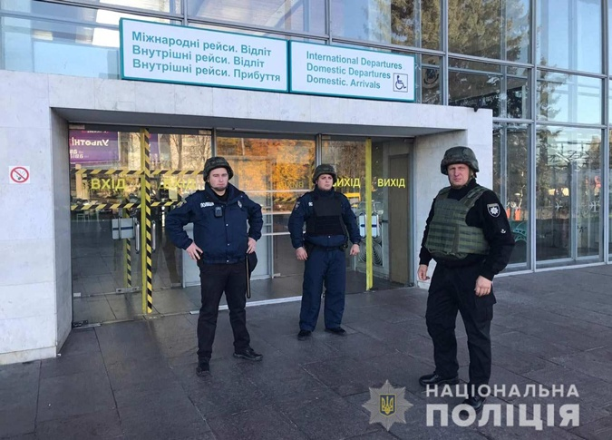 Полиция вместе с СБУ ловили террористов в аэропорту Днепра.