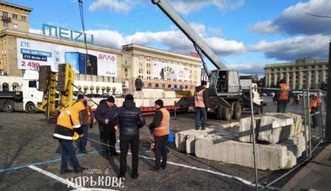 В Харькове монтаж новогоднего убранства площади начали с установки ледовой арены. Фото: Жить в Харькове