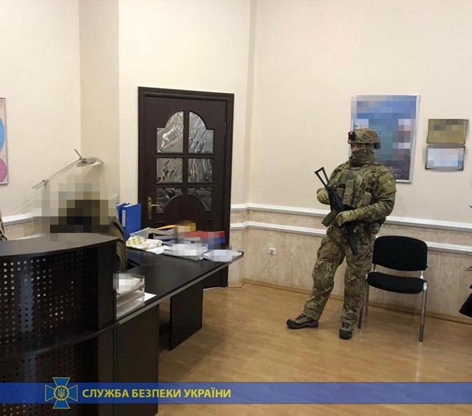 Во время обысков правоохранители изъяли документацию, которая подтверждает присвоение денег. Фото: ssu.gov.ua