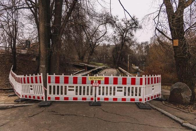 В Днепре в центральном парке с моста упала бетонная плита (ФОТО)