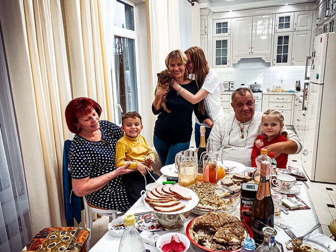 Слава Каминскя с родными. Фото: Инстаграм