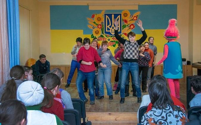 Подопечные дома-интерната на улице Макаренко любят веселые праздники и всегда рады гостям.