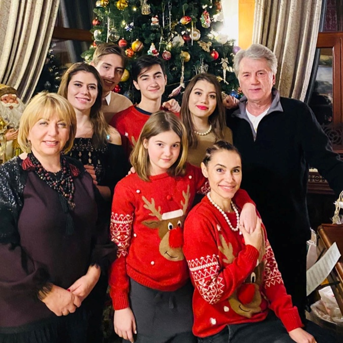 2020 год. София Ющенко (вторая слева) прилетела в Киева из ОАЭ, чтобы отметить Новый год с семьей. Фото: Инстаграм