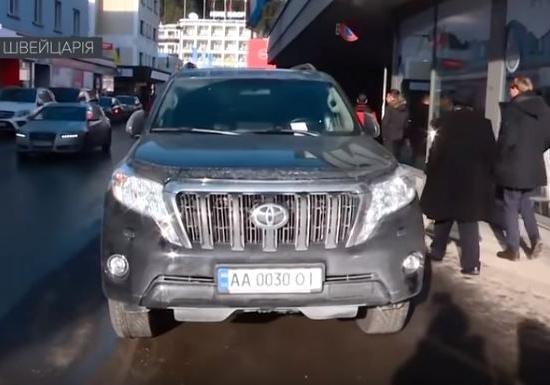 В Давосе украинец припарковался на тротуаре. Фото: facebook.com/yakovlev.victor.3