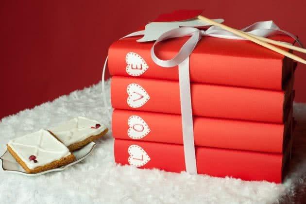 Книги – хороший подарок для тех, кто любит читать. Фото: all4decor.ru