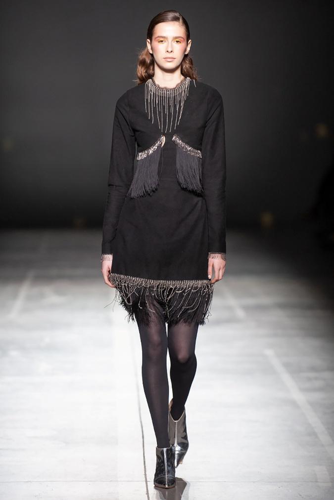 Бахрома сделает зимний образ более нарядным. Фото: fashionweek.ua
