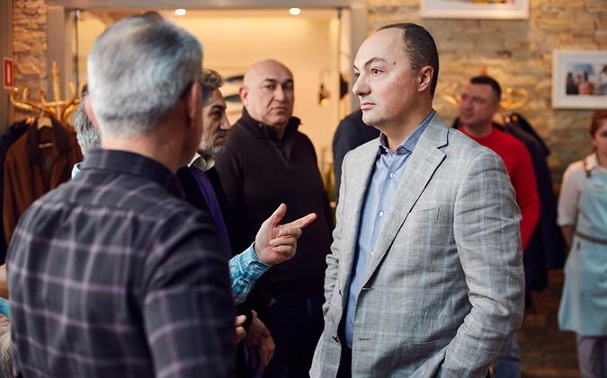 Председатель АБК Ваган Симонян призывает бизнесменов объединяться.
