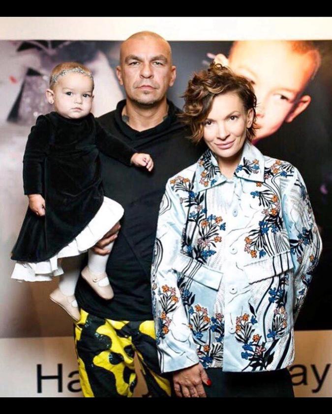 Юрий Чернецкий показал фотографию с Полиной Неней и Теоной.