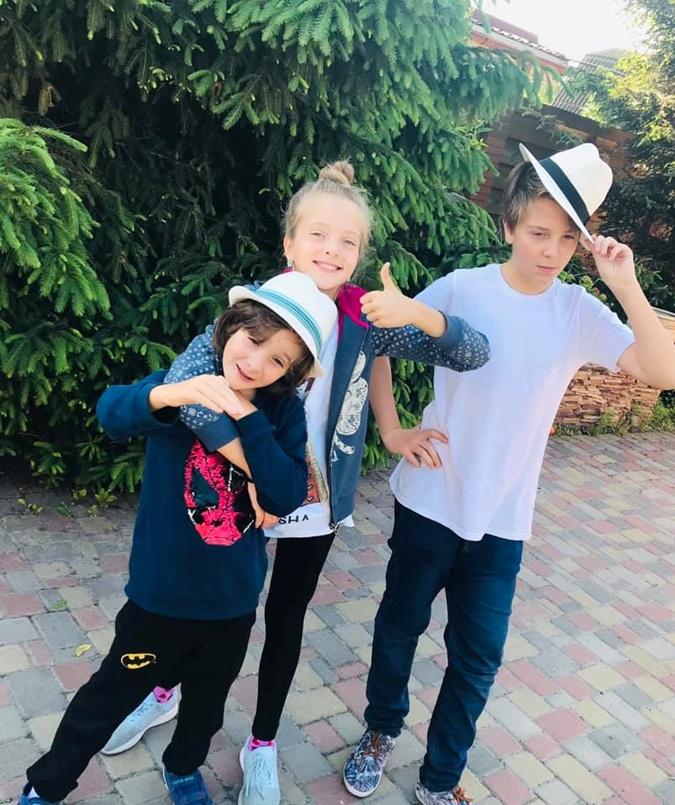 Дети телеведущей от второго брака: 14-летний Андрей, 10-летняя Арина и 8-летний Иван.
