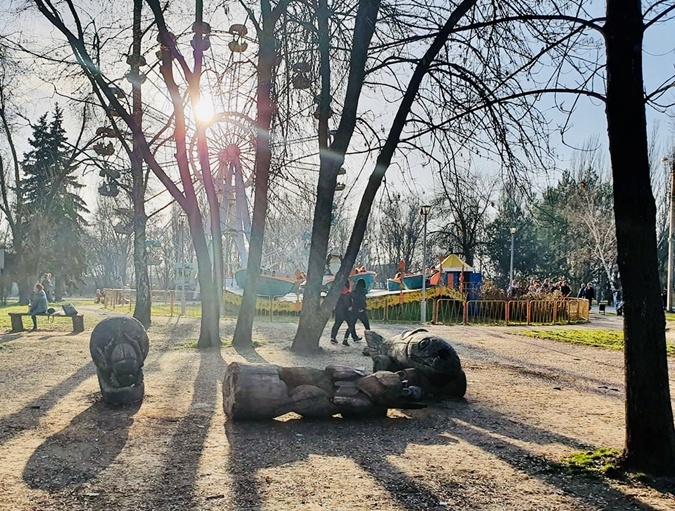 Статуи находятся рядом с аттракционами на детской площадке в
