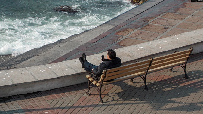 Жители Крыма: Если туристы доберутся до курорта, дальше мусорного бака и магазина их не пустят фото 1