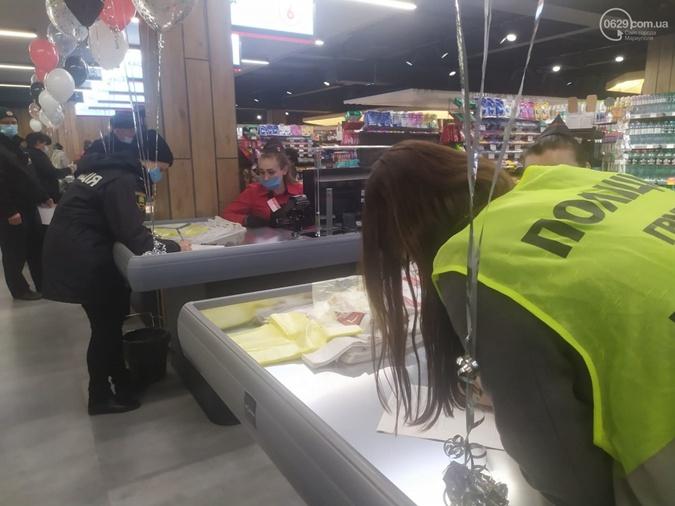 Полиция проверила документы у всех, кто успел зайти в магазин.