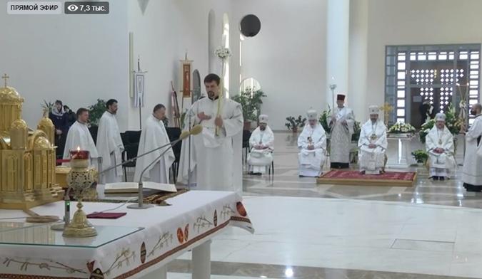 С прихожанами и молитвой против эпидемии: как прошли пасхальные богослужения онлайн фото 3