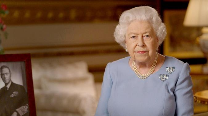 На столике Королевы Елизаветы стоял портрет короля Георга VI, который обратился к нации ровно 75 лет назад.