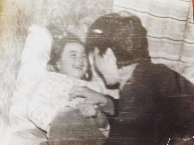 Юлия Мендель в детстве и ее мама. Фото: ФБ Мендель