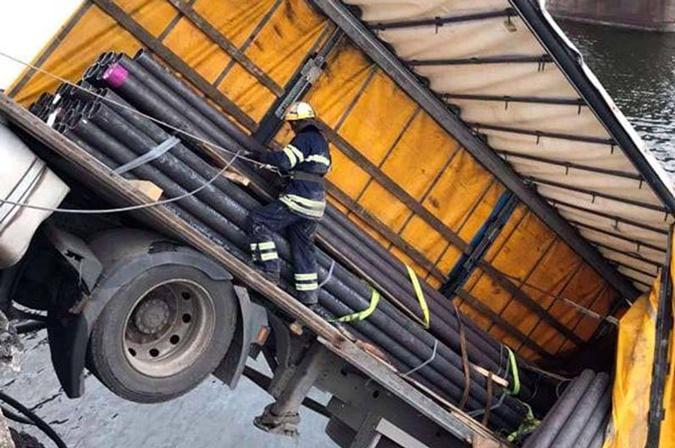 По мосту регулярно перевозили трубы, которые производят в Никополе.
